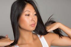 азиатская девушка смотря бортов к Стоковая Фотография RF