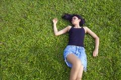 Азиатская девушка с мини юбкой Стоковое Изображение RF