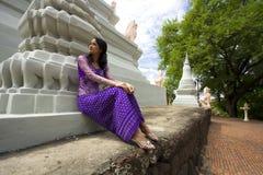 Азиатская девушка с традиционными одеждами стоковое фото rf