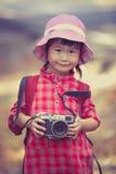 Азиатская девушка с цифровой фотокамера в красивое внешнем Pic года сбора винограда Стоковые Фотографии RF