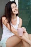 Азиатская девушка с чашкой кофе Стоковое Фото