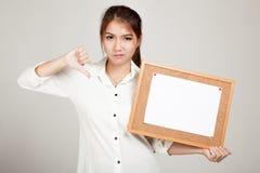 Азиатская девушка с штырем чистого листа бумаги на пробковой доске Стоковое Фото