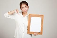 Азиатская девушка с штырем чистого листа бумаги на пробковой доске Стоковая Фотография