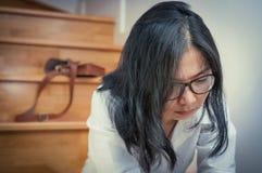 Азиатская девушка eyeglasses утомлянная от ее работы Стоковое Изображение RF