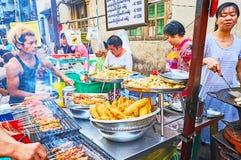 Азиатская еда улицы, Янгон, Мьянма Стоковые Фотографии RF