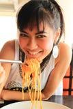 азиатская есть женщина спагетти стоковое фото rf