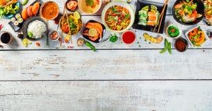 Азиатская еда служила на деревянном столе, взгляд сверху, космосе для текста Стоковые Фотографии RF