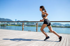 Азиатская женщина бежать в городе Стоковые Изображения
