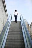Азиатская женщина бежать на лестницах эскалатора Стоковые Изображения