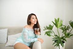 Азиатская женщина выпивая ее чай утра над завтраком дома Стоковые Изображения