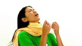 Азиатская женщина в зеленой футболке и желтом шарфе чихая сток-видео