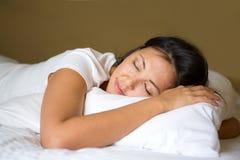 Азиатская женщина в кровати Стоковая Фотография