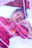 Азиатская женщина в кровати Стоковые Изображения