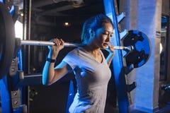 Азиатская женщина в спортзале Стоковые Изображения RF