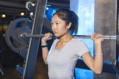 Азиатская женщина в спортзале Стоковое Фото