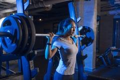 Азиатская женщина в спортзале Стоковое Изображение RF