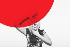 Азиатская женщина в тайнике парика с рукой от горячего красного солнца Красивое японское цветение Сакуры гейши одевает против кра Стоковые Фото