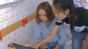 Азиатская женщина в черной работе девушки помощи с компьютером сток-видео