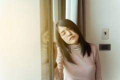 Азиатская женщина головная боль на кровати после бодрствования вверх в утре, отжимает женщину дома, проблема болезней мозга, конц стоковое фото