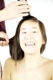 Азиатская женщина готовая для того чтобы побрить ее усмехаться волос Стоковое Изображение RF