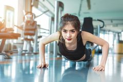 Азиатская женщина девушка фитнеса делает нажатие поднимает на спортзале фитнеса Healthca стоковые фотографии rf