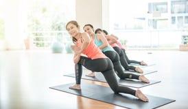 Азиатская женщина делая йогу в студии йоги Стоковые Изображения RF