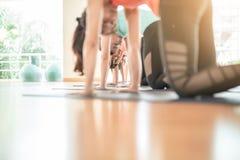 Азиатская женщина делая йогу в студии йоги Стоковое Изображение RF