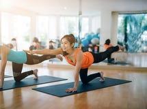 Азиатская женщина делая йогу в студии йоги Стоковые Изображения