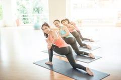 Азиатская женщина делая йогу в студии йоги Стоковая Фотография RF