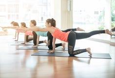 Азиатская женщина делая йогу в студии йоги Стоковое Изображение