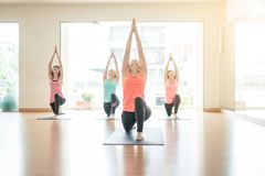 Азиатская женщина делая йогу в студии йоги Стоковые Фотографии RF