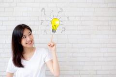 Азиатская женщина думая с вопросительным знаком чертежа для решения и стоковые фото