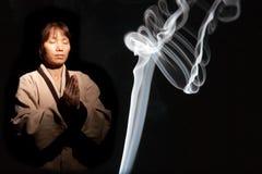 азиатская женщина дыма ладана Стоковые Изображения
