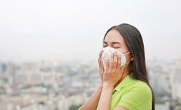 Азиатская женщина дыша путем носить маску защиты против премьер-министра 2 загрязнение воздуха 5 в городе Бангкока r стоковое фото