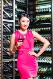 Азиатская женщина держа бокал вина стоковые изображения rf