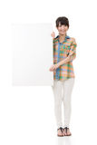 Азиатская женщина держа пустую серую доску Стоковое Изображение RF