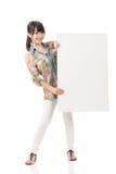 Азиатская женщина держа пустую серую доску Стоковые Фотографии RF