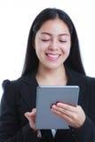 Азиатская женщина держа планшет, на белой предпосылке, workin Стоковые Фотографии RF