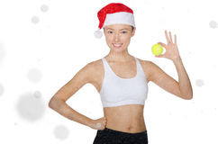 Азиатская женщина держа теннисный мяч в снеге Стоковые Фото