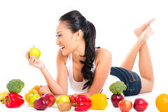 Азиатская женщина есть свежие фрукты Стоковая Фотография RF