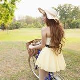 Азиатская женщина ехать велосипед Стоковое Изображение RF