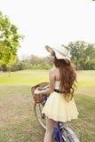 Азиатская женщина ехать велосипед Стоковые Фотографии RF