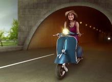 Азиатская женщина ехать самокат из тоннеля Стоковое Фото