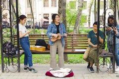 Азиатская женщина играя на гитаре стоковое изображение rf