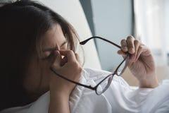 Азиатская женщина имея холод Девушка имея мигрень на ее кровати Illn Стоковые Изображения RF