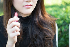 Азиатская женщина используя косметику Стоковая Фотография