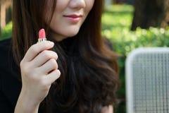 Азиатская женщина используя косметику Стоковое Изображение RF