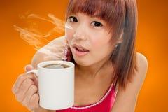азиатская женщина кофейной чашки Стоковое фото RF