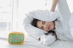 Азиатская женщина ненавидит проспать вверх рано утром Сонное lo девушки стоковые изображения rf