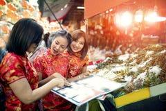 Азиатская женщина 3 нося китайское счастье одежд традиции путешествуя в путешествовать дороги одного yaowarat самый популярный и  стоковое фото